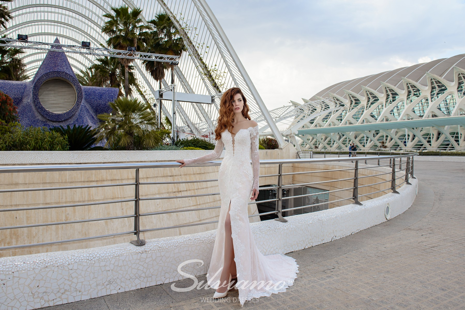 Guipure wedding dress of godet silhouette with V-shaped neckline from the Silviamo company-1