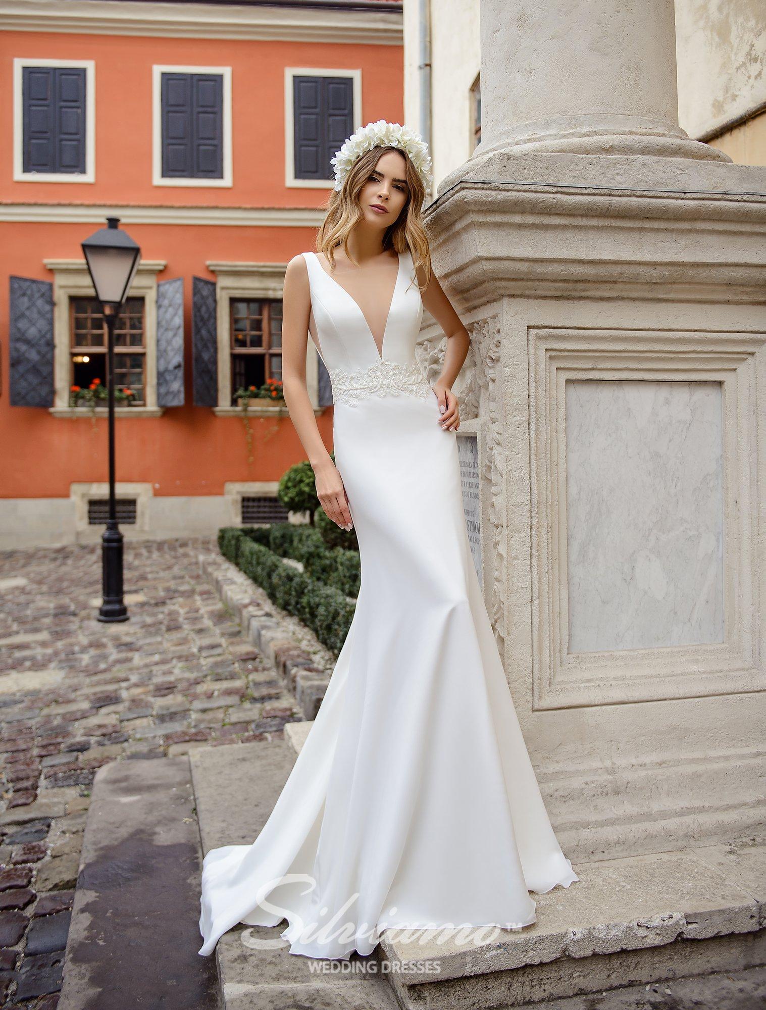 Облягаюча весільна сукня