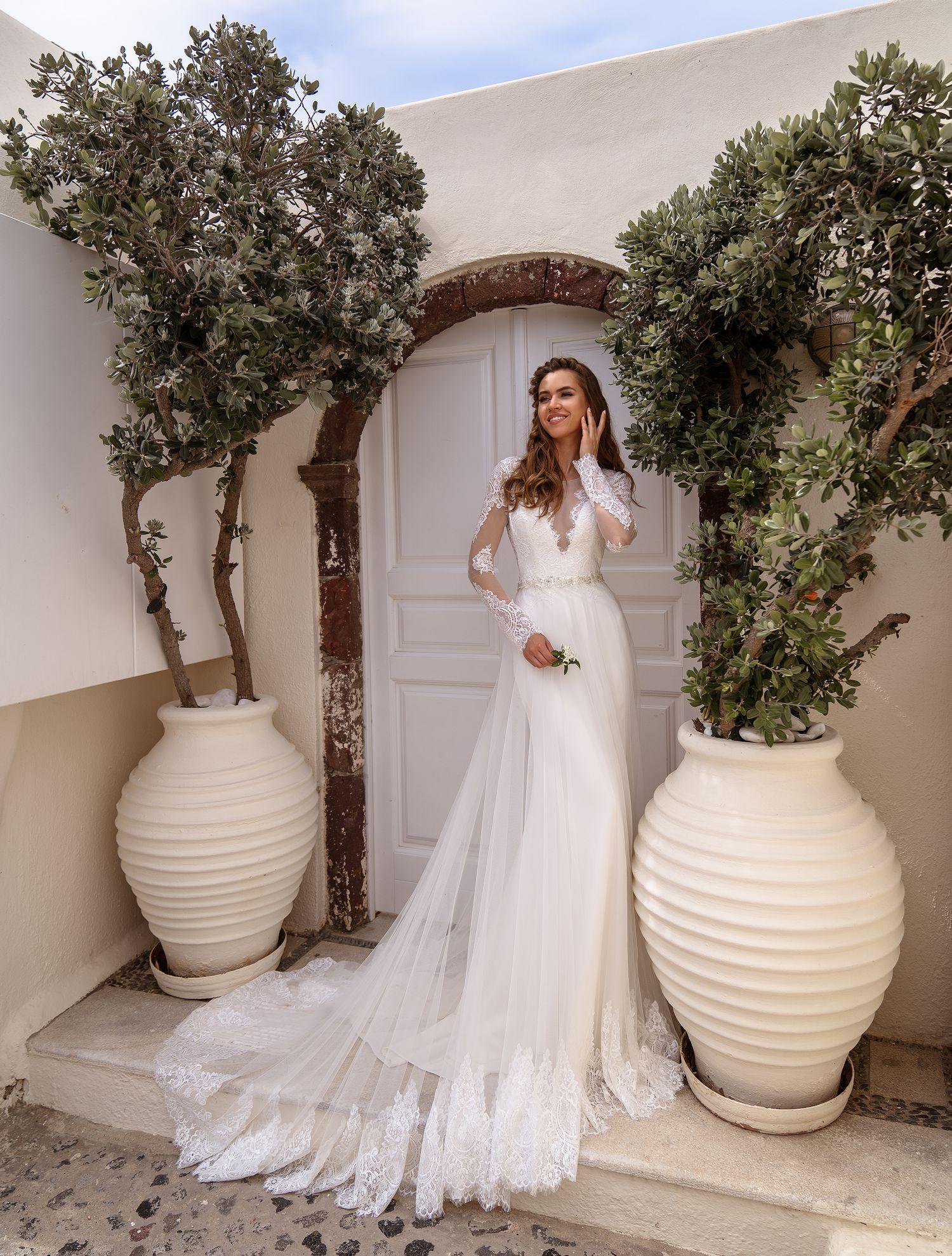 Красива весільна сукня з рукавами
