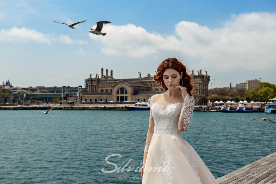 Cream colored wedding dress with a puffy skirt and a train from the manufacturer S-449-Valentina