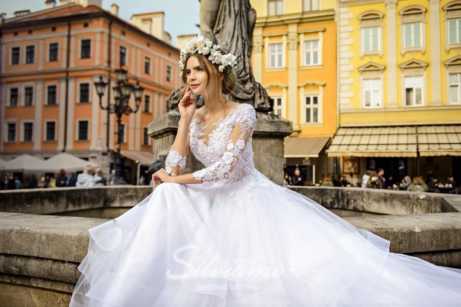 Пышное свадебное платье с аппликациями