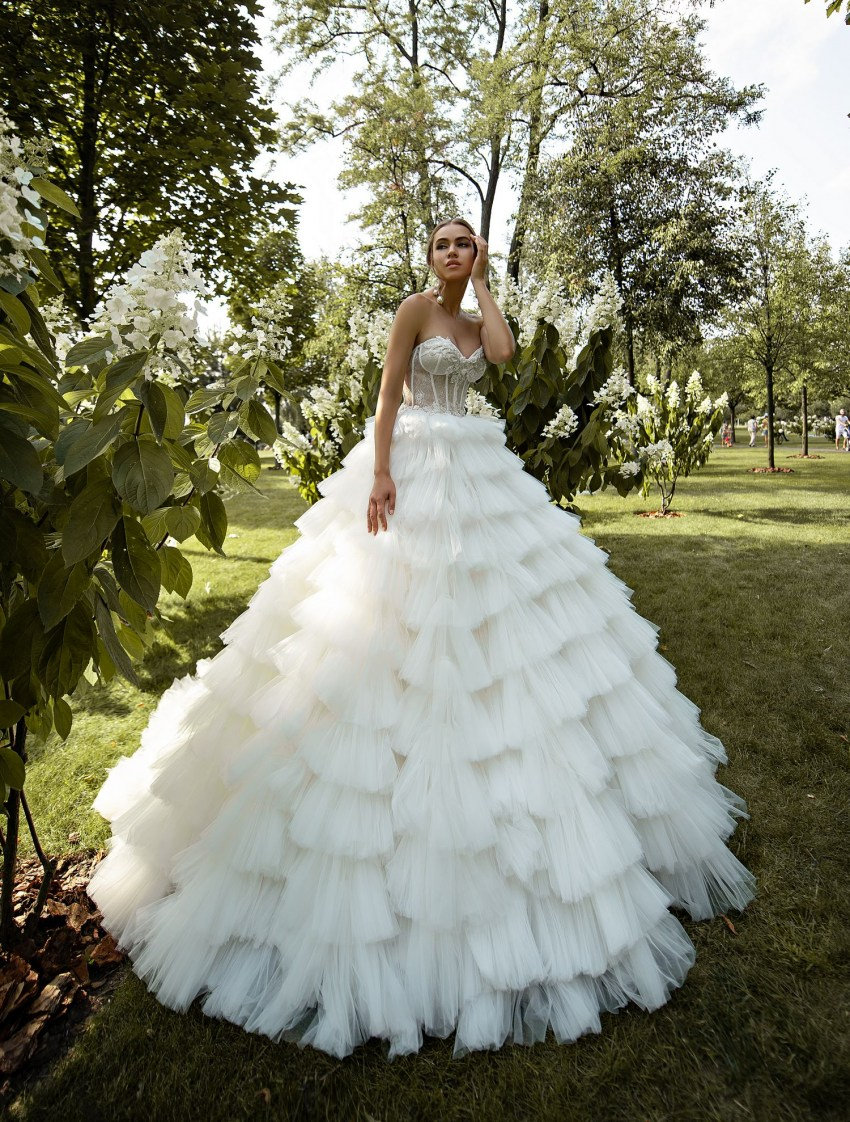 Puffy wedding dress with ruffles wholesale from Silviamo-4