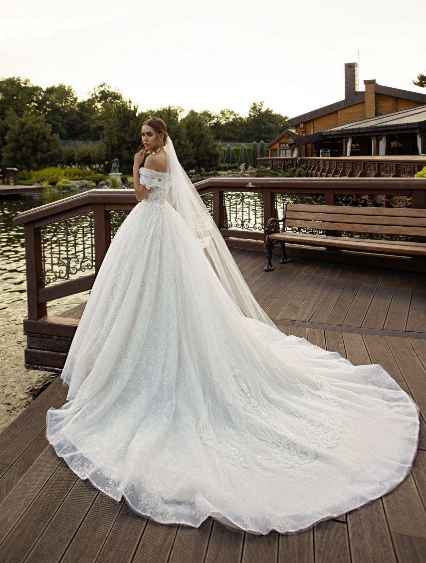 Wedding veil with delicate decoration wholesale from the company Silviamo F-069