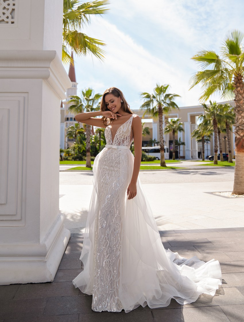 Un set de nunta impresionant, constând dintr-o rochie de dantelă, cu bretele, stil sirenă și o trenă detașabilă-4