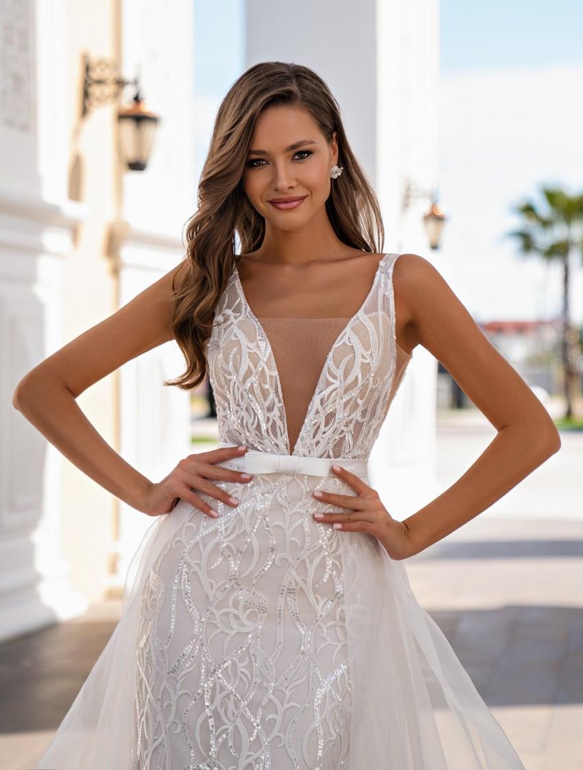 Un set de nunta impresionant, constând dintr-o rochie de dantelă, cu bretele, stil sirenă și o trenă detașabilă-2