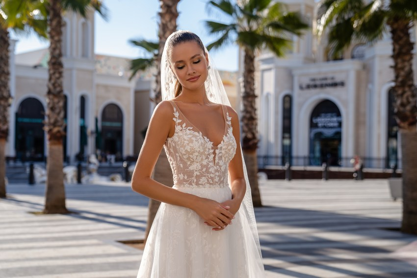 Lightweight strapless wedding dress-2