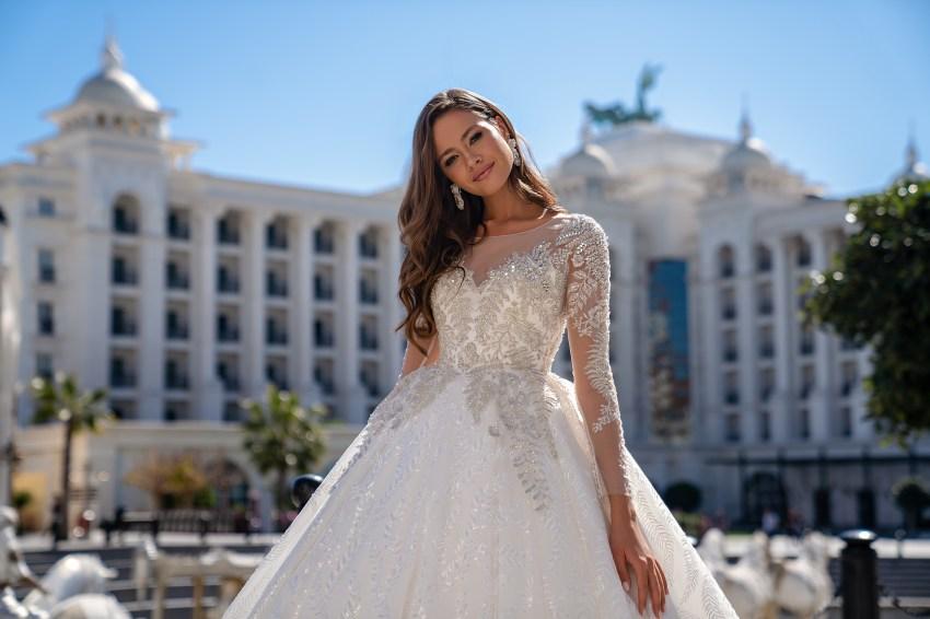 Luxurious long-sleeved wedding dress with a fluffy guipure train skirt-3