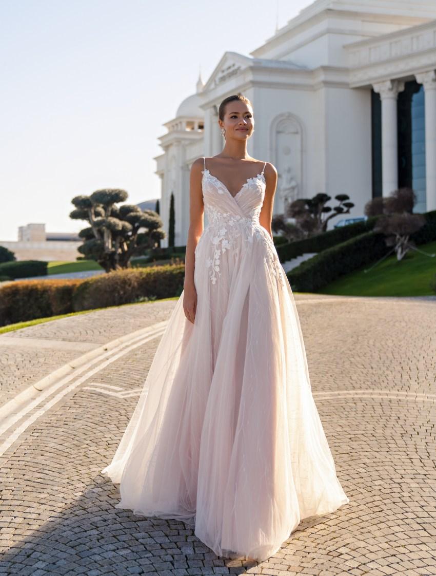 Cвадебное платье на тонких бретелях и мягкой юбкой со шлейфом-2