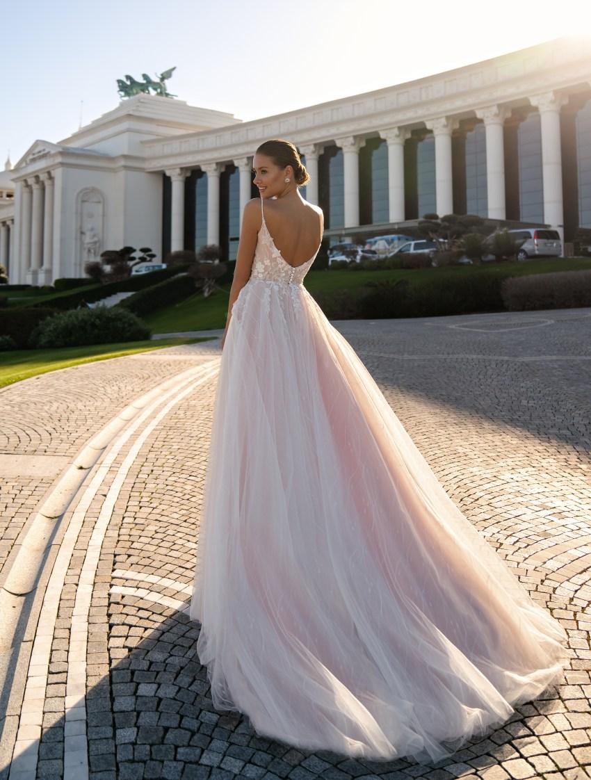 Cвадебное платье на тонких бретелях и мягкой юбкой со шлейфом-4