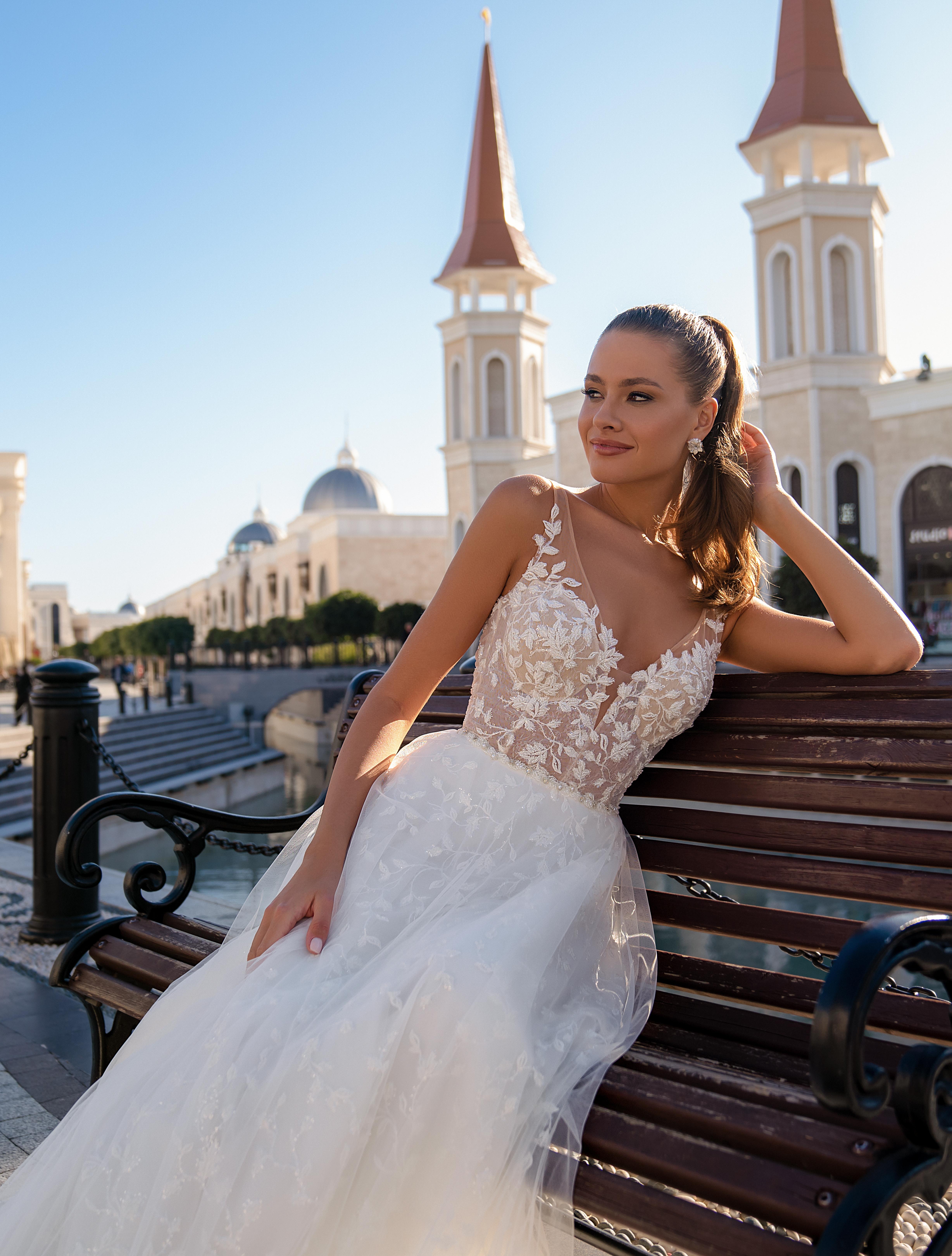 Lightweight strapless wedding dress-1