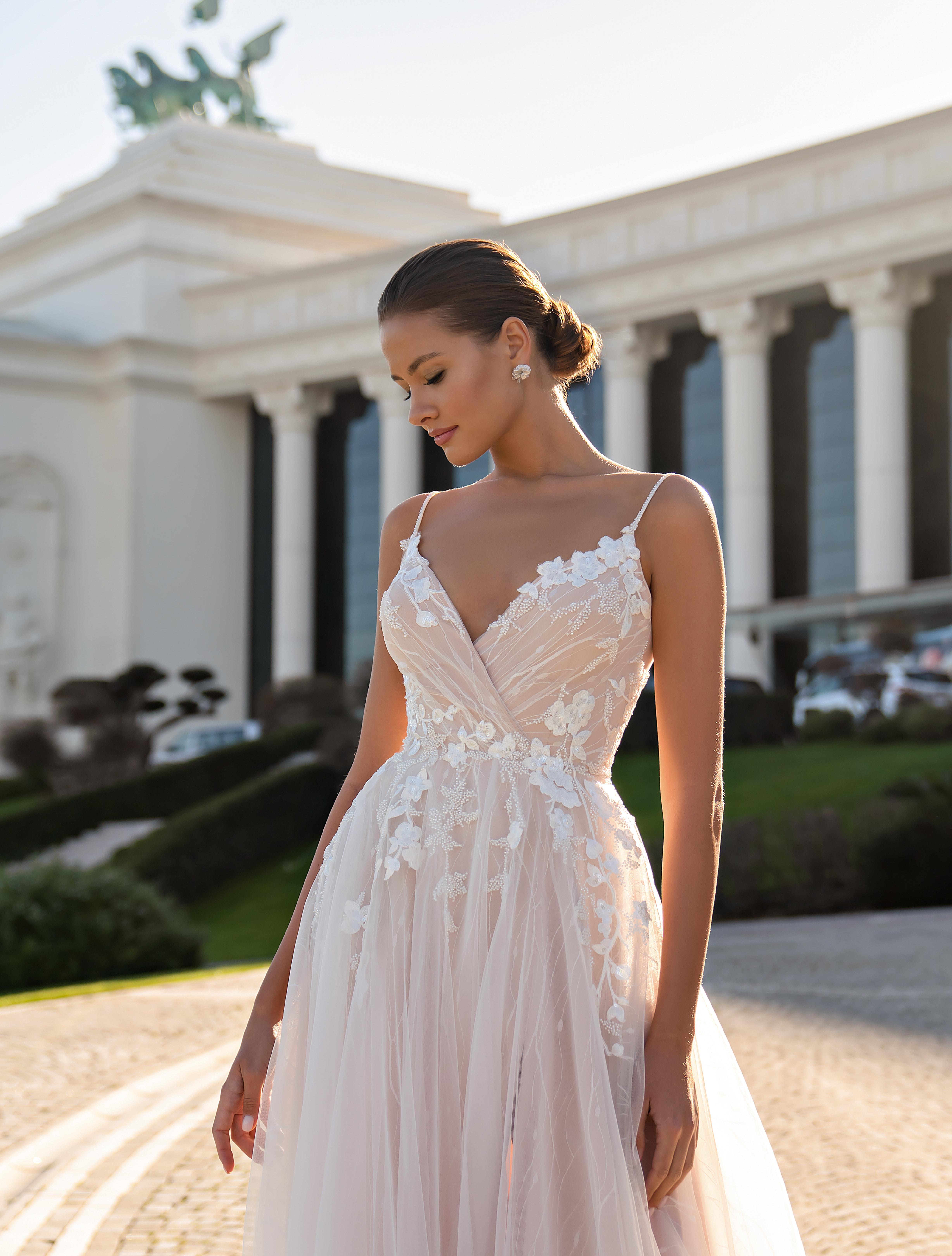 Cвадебное платье на тонких бретелях и мягкой юбкой со шлейфом-1